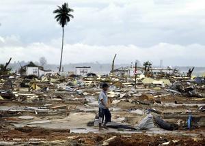 DE FLESTA DOG. Ett par veckor efter dödsvågornas framfart går en man genom förödelsen i byn Calang i Aceh-provinsen. Bara 1000 av byns 5000 invånare klarade sig undan vågorna. En kvart efter skalvet nådde vågorna Indonesien, där sammantaget 166000 människor miste livet.