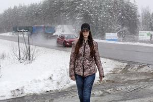 En mörk marskväll var olyckan framme, när Astrid Audano skulle ta sig hem och gå över E18 som hon gjort så många gånger förut. Bilisten hann inte se henne och krocken var ett faktum.