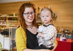 Miamaria Myrgren är en av dem som ligger bakom uppstarten av babygruppen, här tillsammans med dottern Eira.