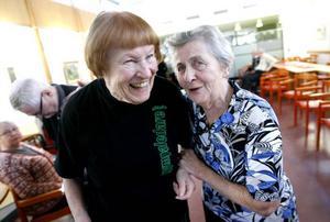 Margaretha Anderson får en tack-kram av Margit En efter att ha lett sitt sista ordinarie gympapass på Björkegrenska gården.