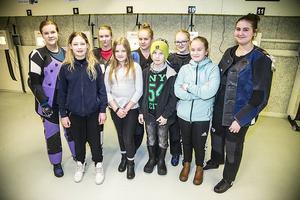 De nio länsskyttar som gick vidare till riksfinalen i Skyttiaden, från vänster: Ebba Andersson, Kyrkås i L17, Wilma Roos, Hammerdal i L11, Anna Mårtensson, Kyrkås i L20, Engla Lubell, Kyrkås i L13, Ronja Persson, Kyrkås i L15 stående, Martin Pålsson, Kyrkås i L13, Lovisa Roos, Kyrkås i L15 stående, Maria Olofsson, Aspås i L11, och Isabell Svensson, Hammerdal i L17.