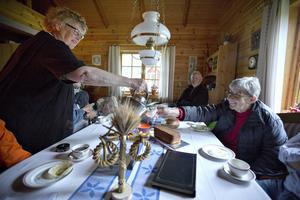 Birgit Karvonen serverar Barbro Eriksson en kopp riktigt varmt kokkaffe.
