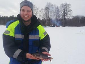Ordförande i Gävles nya fiskeförening, Silverfiskarna, Freddie Nurmi. Bild från lördagens gäddfiske. En mycket glupsk abborre tog en av mörtarna.