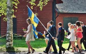 Niondeklassarna från Åkerö skola tågar i väg.FOTO: BOEL FERM