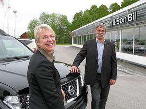 Nissans strategi att fokusera än mer på kundkvalitet har betalat sig i återförsäljarenkäten. Sverigen Helena Turkel och återförsäljarföreningens ordförande Torbjörn Boman gläds åt resultaten i AutoIndex 2009.