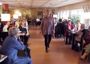 Ingegerd med en härlig färggrann tunika skrider fram och visar passande klädsel för pensionärer i höst och vinter.