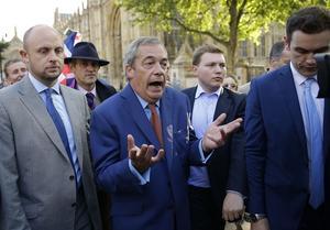 Nigel Farage, partiledare för United Kingdom Independence Party (som sitter i samma partigrupp som Sverigedemokraterna i Europaparlamentet), drog snabbt tillbaka lämnasidans paradnummer om att EU-avgiften skulle användas till förbättra sjukvården med en argumentation i stil med,