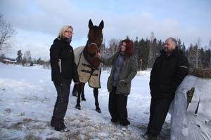 Dyr och seg hantering. Catharina Eklund och Mats Wigren tvingades gräva ner sin häst innan beslutet kom. Hanteringen var alldeles för stelbent, menar de. Dottern Anna med hästen Lasse.