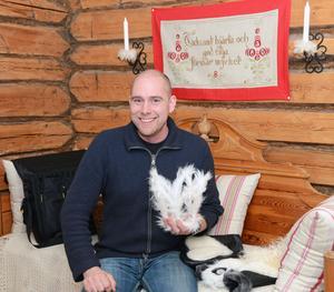 Täpp Lars Arnesson är stolt över att få medverka i jubileumsutställningen där han bland annat visar den här brudkronan i killingskinn och silver.