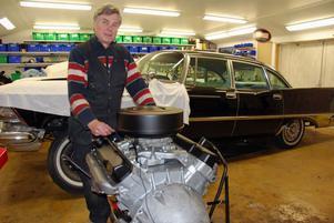 Nystädad motor till Görans Imperial -59 ska lyftas på plats.