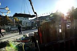 Foto: GUN WIGH Ordning och reda på soporna. Den nya sopanläggningen som ska få plats på Stortorget anlände under onsdagen i bitar. Nu återstår montering och en del markarbeten innan soporna kan slängas.
