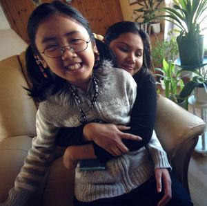 Nöj kom till Sverige för ett halvår sedan och går nu första klass på Granbergsskolan. Pla är lycklig över att äntligen ha dottern hos sig.