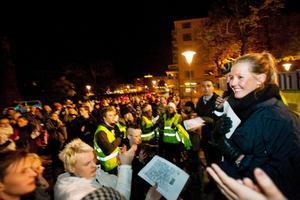 Linn Svansbo talar om för folkmassan att de ska ut och visa var de står, inte bekämpa våld med våld.