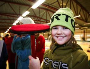 """Linnea Krusenberg fick en egen curlingsop när hon klarade grundproven och fick """"blått kort"""". I stället för sopborst är det en mikroduk."""