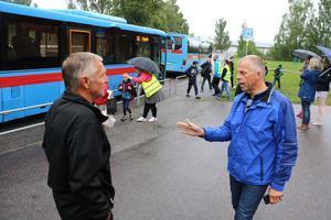 Håkan Söderman i diskussion med en av bussförarna  i samband med skolstarten i augusti.