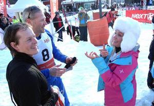 Skådespelerskan Regina Lund stack ut i sin pastellfärgade dress och såg ut att ha väldigt roligt. Till vänster Fredrik Nyberg.