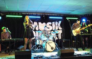 Bollnäsbandet Folket gick vidare till länsfinal med sitt koncept av melodiös pop.