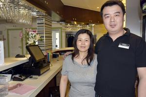 Xiaohong Ji är ägare till Näske Krog och Hotell Skulesjön. Till höger systersonen Lei Ye, som är platschef i Näske.