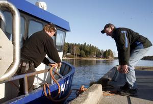 Björn Larsson hjälper Johan Blomqvist att lägga till i hamnen.