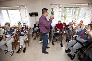Till torsdagens glöggprovning dök 20 boende på hemmet upp. Efter att verksamhetschef Bo Österholm frågat provsmakarna visade sig att flest tyckte om vanlig gammelglögg.