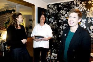 Centerkvinnorna Ann-Helen Persson och Helena Wikström prisade i går kväll Annette I Nilsson, i mitten, som utsetts till Årets kvinnliga företagare.