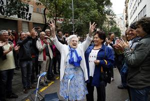 En äldre kvinna gläds efter att ha lyckats rösta i omröstningen om Kataloniens självständighet.