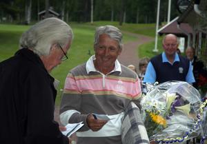 Segrare. Segraren på seniortouren på Säters golfbana, Ingemar Karlsson, Kungsbacka, mottar segrarpriserna av tävlingsledaren Håkan Gustáv.