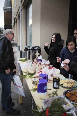 Pertti Nyyssönen bidrog till insamlingen genom att köpa sig en kopp kaffe och en pepparkaka.