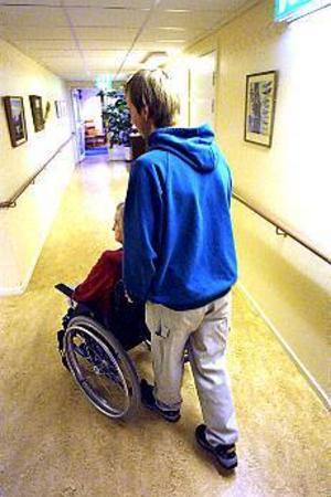 Foto: NICK BLACKMON Snarare långvård. Vårdbiträdet Magnus Jennevret hävdar att det snarare är frågan om långvård än eget boende för äldre vid Ängsbacken.