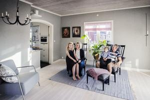 Iza, Viktoria, Vidar och Magnus Bjurström är nöjda med sitt nya vardagsrum. Ljuskronan till vänster är den enda prylen från rummets tidigare inredning som behållits. Vid renoveringen plockades originaltaket fram.