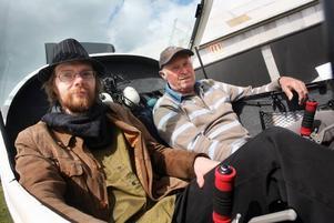 Med hjälp av piloten Paul Andersén (till höger) fick konstnären Tobias Wassberg för första gången måla en tavla på 1 000 meter höjd, stundtals i hastigheter uppåt 180 kilometer i timmen.– En dag startade och landade vi så många gånger att jag tappade räkningen, säger Tobias Wassberg.