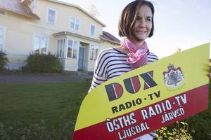 Karin Li hittade radiohandlarens gamla skylt på en auktion på Stenegård. I dag bor hon i den forna radiobutikens fastighet.