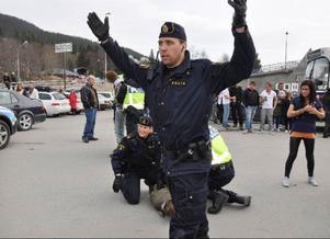 Backa! Backa! Polisen hade ett sjå att hålla tillbaka de misstänkta slagskämparnas supporters som ville in och