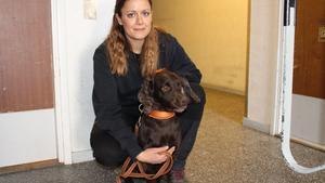 Hundföraren Mona Ghalayini från företaget Passera tillsammans med vägglushunden Spot.