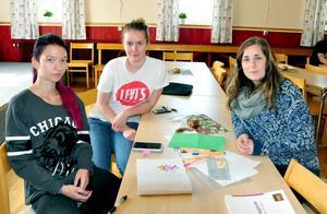 Från vänster i bild: Annie Svensson och Wictoria Jönsson tycker det är roligt att kunna använda sina personliga intressen i IT-arbetet.  Emma Arnesson (t) berättar att det är första året som Ung företagsamhet är med i ett sådant här projekt.