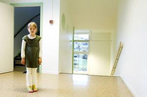 Nymålat, nya fönster och bredare trappa har det blivit i Kaxås skola. Antonia Kirk, som går i 1:an, är nöjd och stolt över sin skola.