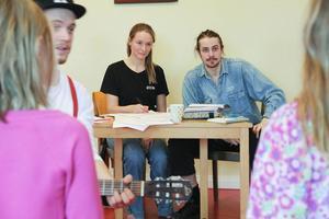 Sofia Lindström och Peter Hjelm från Scensation granskade barnens skådespelartalanger. Emil Westberg spelade gitarr till dansen och övningarna.