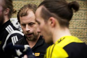 Tränaren Anders Strandlund får en resurs i Lars Fröberg, som anslut från Selånger.