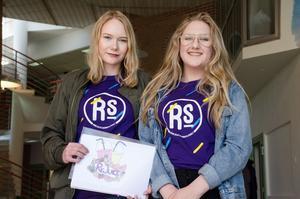 Maja Nordström och Moa Berglinn kommer att sälja smoothies, juicer och fruktsallad på Sveatorget i Borlänge under kommande  tre veckor.