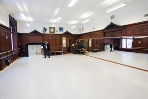 Dansundervisningen är den enda verksamhet som Kulturskolan har kvar i Gamla Grand efter flytten till Nynäs. Rummet fungerade från början som hotellets matsal.