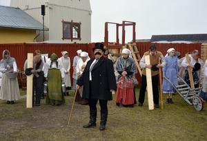Herr Stackell (Camilla Lundgren) förkunnar å träpatronernas vägnar att det inte blir någon höjning till förra årets lönenivå för arbetarna på Svartvik. Fröet till Sundsvallsstrejken är sått.