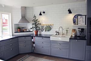 Tidigare bestod köket av en köksbänk med överskåp, men efter ombyggnaden har köket en förlängd bänk i vinkel och inga överskåp.