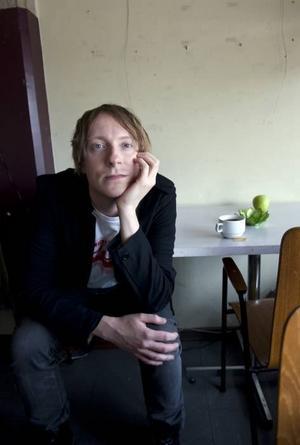"""Nygammalt. Skivaktuelle electronicakungen Andreas Tilliander använder gärna moogsynthar och trummaskiner från 80-talet i sin musik. """"Jag försöker att undvika datorn"""", säger han."""