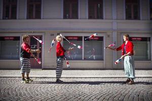 Patrick Pålsson, Manne Westermark och Daniel Kilheim från Kul och bus utnyttjade den bilfria Storgatan till jonglering.