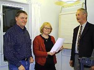 Foto: ULF GRANSTRÖM Lyft fram viltfrågorna: Kjell Demasure och Marie-Louise Dangardt tar emot en begäran om inrättande av ett faunaråd av Torbjörn Hansson.