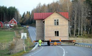 Ett hus – mitt på vägen!? Visst såg det lite komiskt ut, åtminstone bakifrån, när fredagens husflytt i Bollnäs rullade längs riksväg 83.