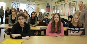 Duktiga matteelever på Hammarskolan med läraren Kenneth Urbo (längst till höger).