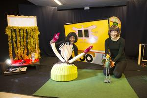 Lisette Merenciana och Roze Alhalabi har under senhösten haft flera helgföreställningar av Karavan i Ludvika. I början av det nya året kommer barn på andra platser i Dalarna att få stifta bekantskap med dockorna.
