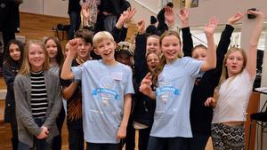 Kunskapsskolan 5A från Västerås vann tisdagens kvartsfinal i Vi i femman. Längst fram den tävlande duon Elliot Solig och Isabella Stier.