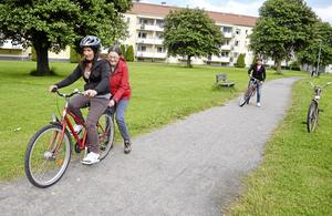 Mycket skratt. Trots en hel del skrapsår skrattar deltagarna hjärtligt när de vinglar fram på cyklarna. Siham Badawi får hjälp av Anna Sunneteg, från ABF, att hålla balansen. Bakom förbereder sig Basima Iakmisi för att våga sig upp på cykeln.